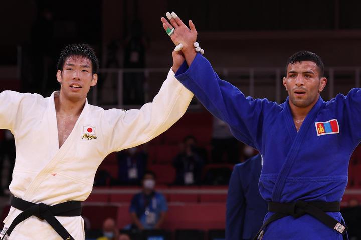 Nagori de Tagore de Japón y Saeed Mollai, medallista de plata de Mongolia, reaccionan después de la medalla de oro de 81 kg de judo masculino.