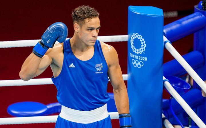 Новозеландец Давид Ника борется с Муслимом Гаджимагомедовым, полуфиналистом мужского бокса в супертяжелом весе на Олимпийских играх 2020 года в Токио.  Вторник, 3 августа 2021 г.