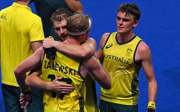 Los jugadores de Australia celebran después de derrotar a Alemania 3-1 en la semifinal masculina del Torneo Olímpico de Hockey sobre Campo Tokio 2020, en el Estadio de Hockey Oi de Tokio, el 3 de agosto de 2021.