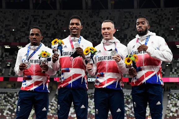 I britannici Shigendo Ugah, Zarnell Hughes, Richard Kelly e Netanel Mitchell Blake, i vincitori della medaglia d'argento della staffetta 4x100m maschile delle Olimpiadi di Tokyo.