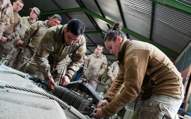 Pte Marino and Pte Gerretzen (5 Movements) demonstrate the tie down procedure for a 105 mm light field gun to members of 161 Battery during Ex Ben CatExercise Ben Cat is a live firing exercise conducted by 16 Field Regiment, 161 Battery, in Waiouru from 12-20 September.