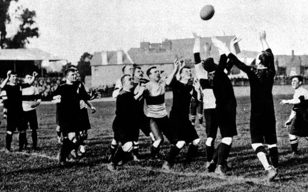 Dave Gallaher throws to a lineout.