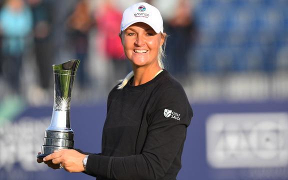 La svedese Anna Nordqvist posa con il trofeo dopo aver vinto il British Women's Open, dopo l'ultimo round 69 a Carnoustie, in Scozia, il 22 agosto 2021.