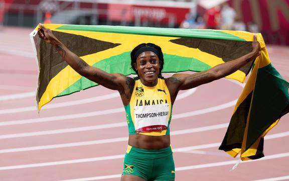 Elaine Thompson Herah de Jamaica celebra tras ganar el oro olímpico