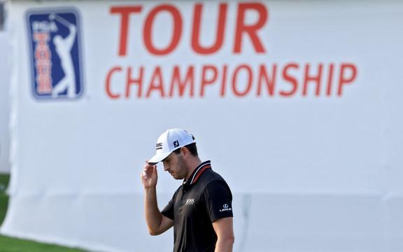 Patrick Cantlay reacționează după ce a făcut un birdie pe green-ul 18 în timpul celei de-a treia runde a turneului de la East Lake Golf Club, pe 4 septembrie 2021, în Atlanta, Georgia.