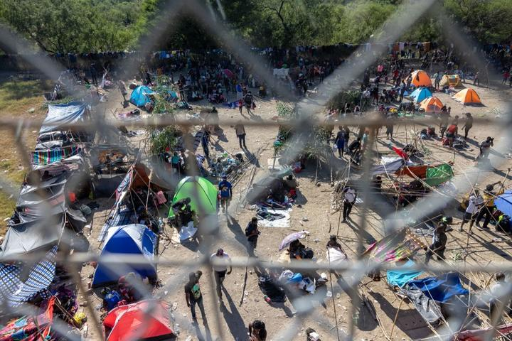 Miles de migrantes, en su mayoría haitianos, se reúnen en un campamento improvisado debajo del puente internacional entre Del Río, Texas y Acuña, México.