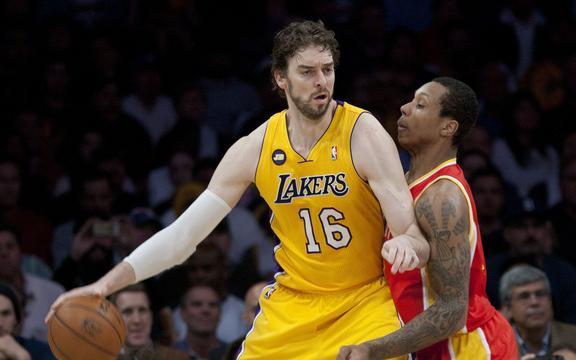 El jugador de baloncesto español Pau Gasol jugando para Los Angeles Lakers en 2013.