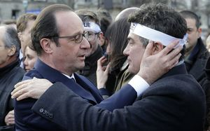 Francois Hollande speaks to Dr Patrick Pelloux, a columnist for the Charlie Hebdo magazine.
