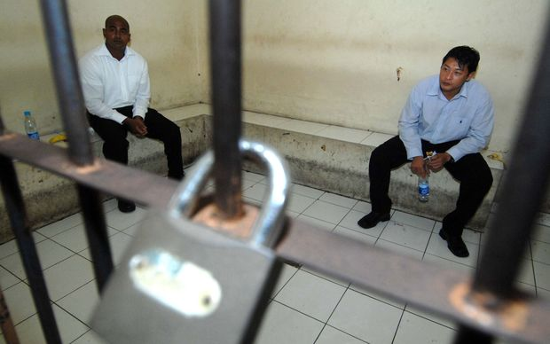 Myuran Sukumaran (L) and Andrew Chan (R) wait inside a detention room in Bali.