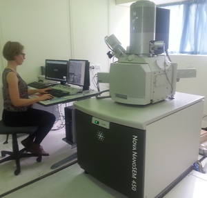 A photo of Ruth Knibbe with the scanning electron microscope