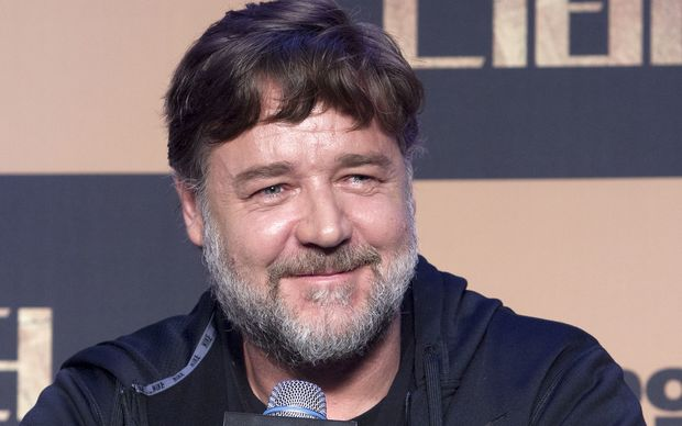 Russell Crowe has asked his Twitter followers if he should buy Leeds Utd.
