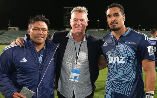 Keven Mealamu (L), Sir John Kirwan and Jerome Kaino (R)