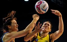 Jessica Moulds of Tactix and Jodi Brown of Pulse battle in 2015 ANZ netball championship.