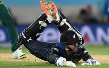 Daniel Vettori dives to avoid being run-out.