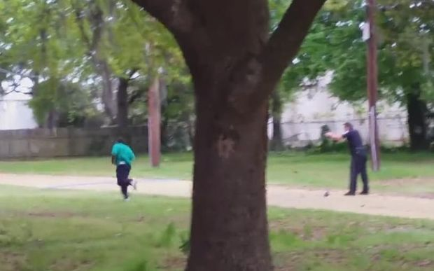 A screenshot of Michael Slager shooting Walter Lamer Scott.