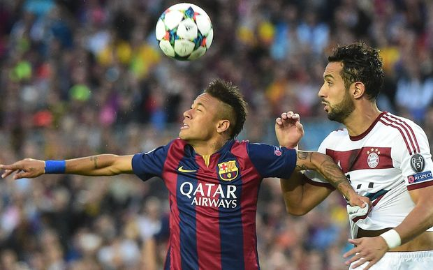 The Barcelona striker Neymar fights for the ball.