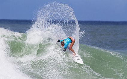 Lakey Peterson (USA) powers her way through to the Quarterfinals