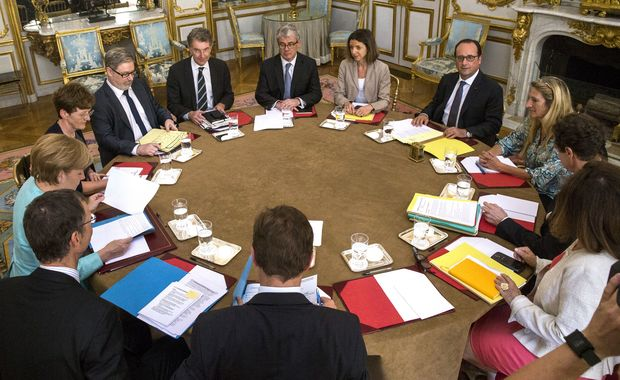 French President Francois Hollande (4thR) attends a meeting with German Chancellor (L) at the Elysee Palace in Paris.