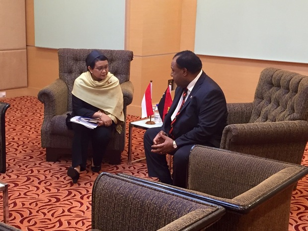PNG Foreign Minister Rimbink Pato (right) talking to his Indonesian counterpart Retno Marsudi.