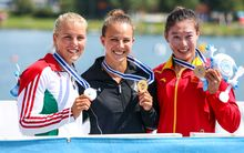 Lisa Carrington poses with her gold with silver medallist Anna Kárász of Hungary (L) and bronze medallist Yu Zhou of China (R)