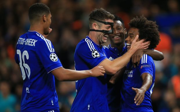 Chelsea players celebrate Willian goal 2015.