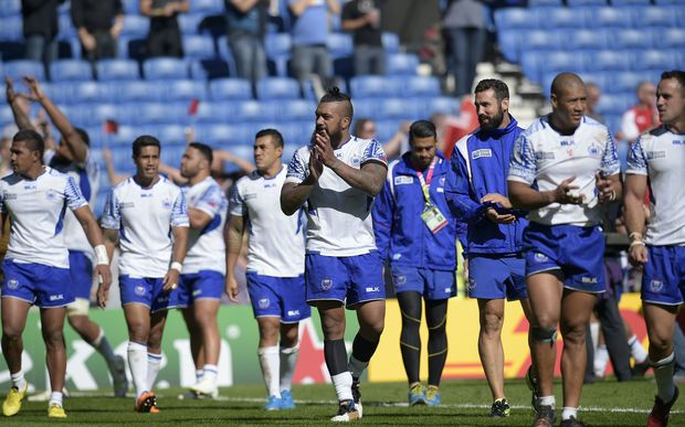 Manu Samoa players thank the crowd after beating USA at the Rugby World Cup.