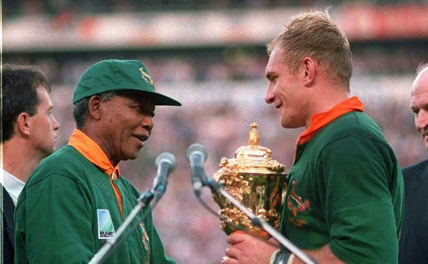 Nelson Mandela presents Springbok captain Francois Pienaar with the Rugby World Cup 1995.