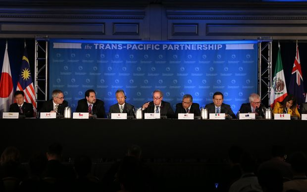 Delegates at the joint Trans-Pacific Partnership press conference at a hotel in Atlanta, USA on Oct. 5, 2015, after reaching an agreement on the free trade pact. ( The Yomiuri Shimbun )