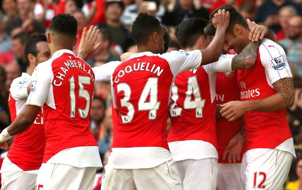 Arsenal players celebrate Olivier Giroud's goal.