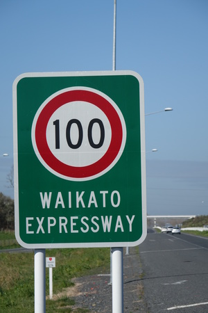 A road sign on the Waikato Expressway, showing the speed limit.