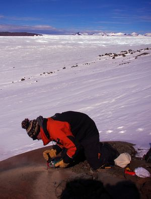 The chemistry on the surface of rocks changes when they emerge from the ice and are exposed to cosmic radiation. The team cut samples from exposed rocks to investigate the thinning history of the glacier.