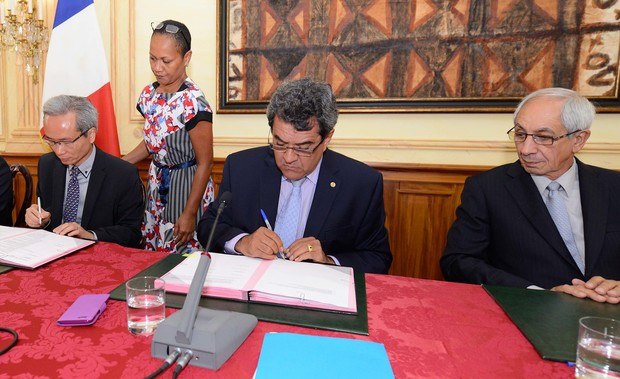 Signing of deal to build Mahana Beach resort complex in Tahiti