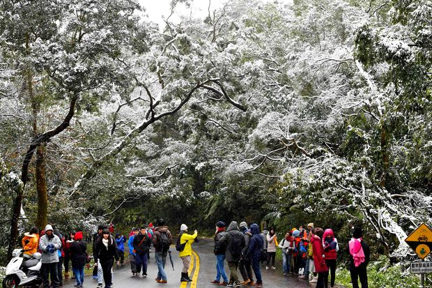 Some mountain areas in Taiwan saw snow fall as the worst cold wave in 10 years hit the island.