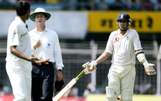 Umpire Simon Taufel (C) mediates during an argument between England cricketer Owais Shah (L) and Indian batsman Munaf Patel (R).