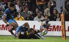 Aaron Cruden scores for the Chiefs against the Blues 2016.
