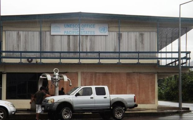 UN Office in Samoa prepares for tropical cyclone Amos by putting up boards.