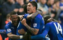 Leonardo Ulloa of Leicester City celebrates his late penalty against West Ham United, 17 April 2016 - Photo: Marc Atkins / Offside