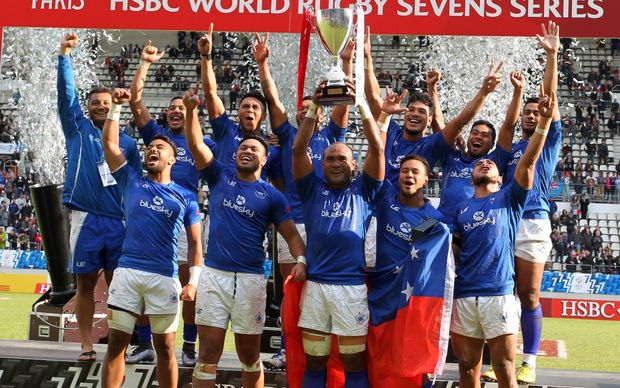 Samoa lift the Cup at the Paris Sevens.