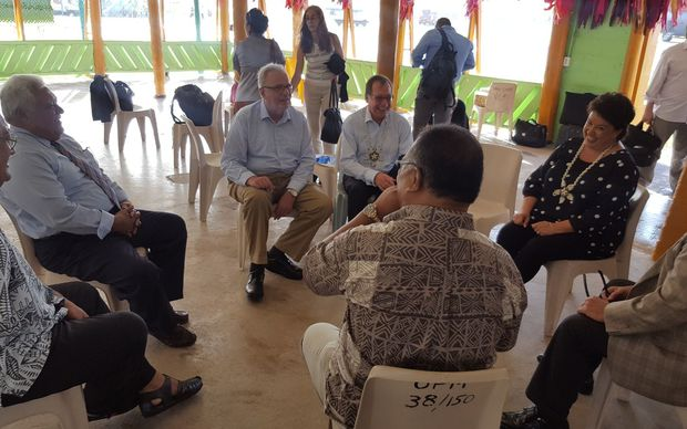 Paula Bennett (R) talks to members of Tuvalu cabinet.