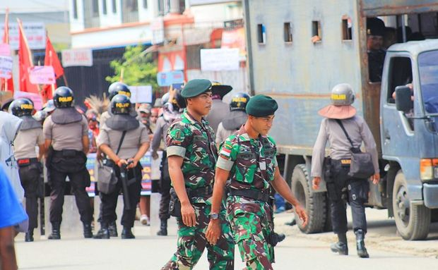Indonesian authorities did not give permission to the KNPB to hold a demonstration, so police and military forces blocked the procession of demonstrators who aimed to petition the Papuan Legislative Council.