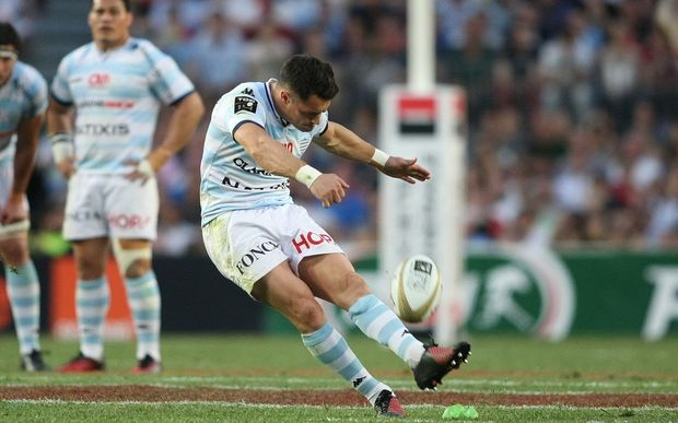 Dan Carter kicks a penalty of Racing Metro in the 2016 Top 14 final.