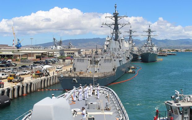 The HMNZS Te Kaha berths at Pearl Harbor, alongside the USCG Stratton, the USS Chung Hoon and the USS Mobile Bay.