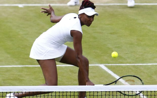 Venus Williams has accused Wimbledon officials of discriminating against women.