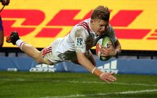 Damian McKenzie scores for the Chiefs.