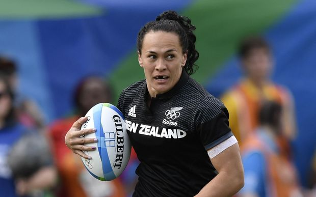 New Zealand's Portia Woodman runs with the ball in the women's rugby sevens semi-final match between Britain and New Zealand .