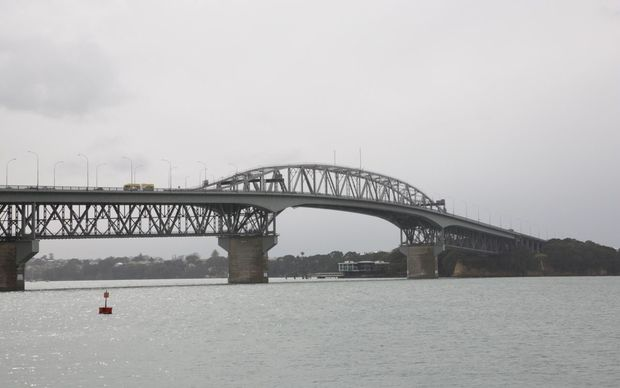 Wanted man dies after jumping off Harbour Bridge