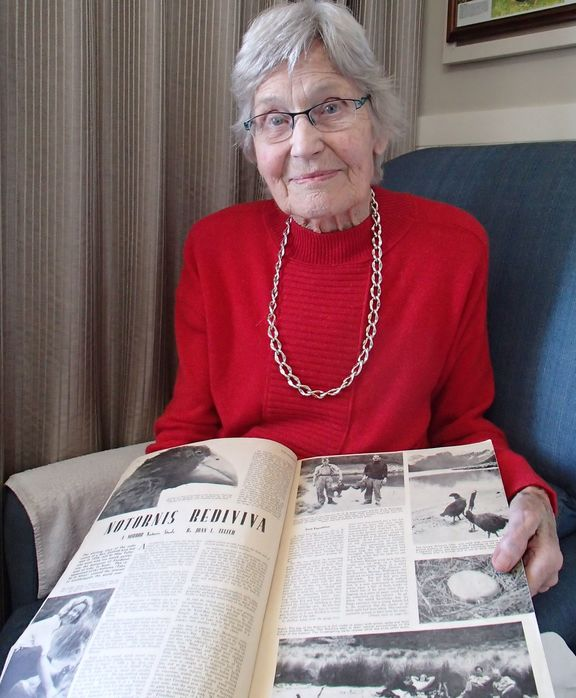 Joan Watson with takahe article