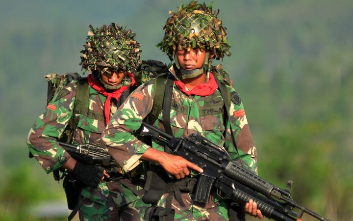 Indonesian soldiers participate in a major military jungle warfare exercise in Poso, in central Sulawesi island, on March 31, 2015.