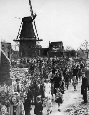 The first Palm Sunday celebration after the war, which was held on a Saturday). Evidence of war damage still to be seen. (Huberta says this photo may have been taken by a newspaper.)