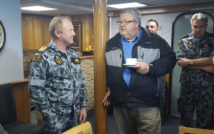 Defence Minister Gerry Brownlee meets with the Darwin's commanding officer Phil Henry.
